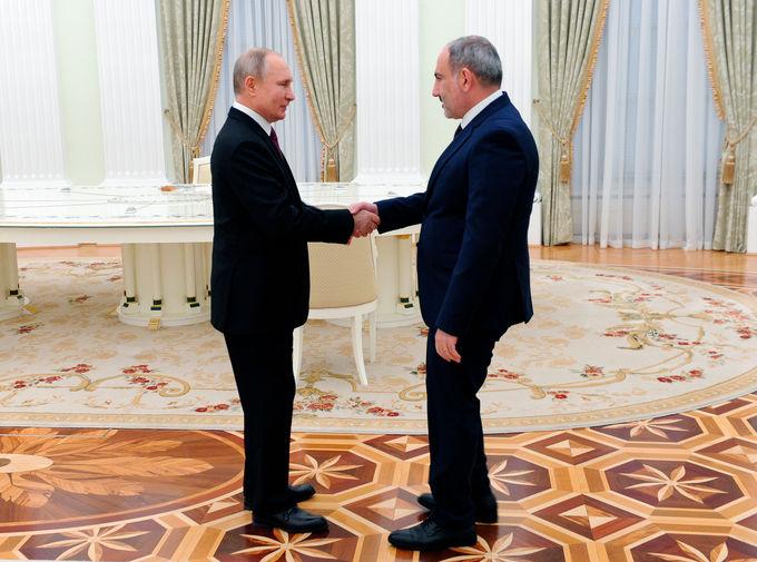 Президент России Владимир Путин и премьер-министр Армении Никол Пашинян перед началом трехсторонних переговоров по поводу ситуации в Нагорном Карабахе, 11 января 2021 года