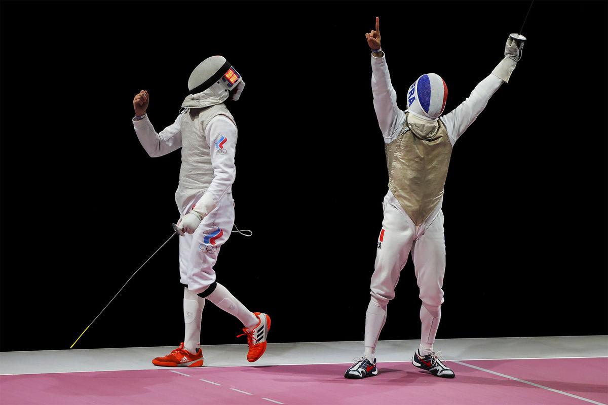 Российский спортсмен Антон Бородачёв и Эрван Ле Пешу (Франция) вфинальном поединке командного первенства пофехтованию нарапирах среди мужчин наXXXII летних Олимпийских играх, 2021 год