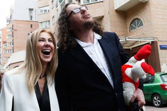 Бизнесмен Сергей Полонский и его супруга Ольга Дерипаска после вынесения приговора и освобождения у здания Пресненского суда, 12 июля 2017 года