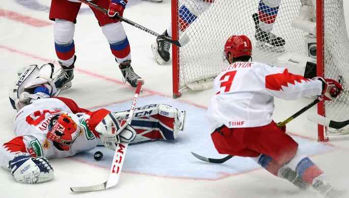 Слева направо: вратарь Ярослав Аскаров и Данила Галенюк (Россия) в матче 1/4 финала молодежного чемпионата мира по хоккею между сборными командами Швейцарии и России, 2 января 2020 года