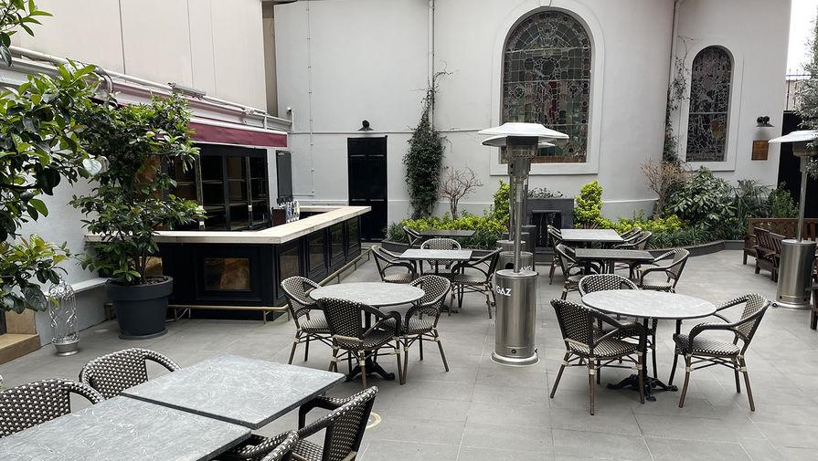 Пустые столики в закрытом кафе в Стамбуле, 18 апреля 2021 года