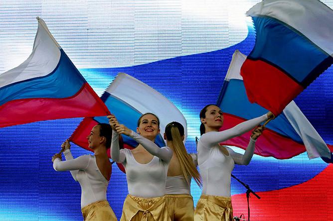 Учатники концерта на площади Островского, приуроченного к празднованию Дня Государственного флага Российской Федерации