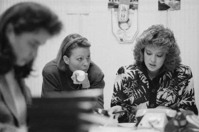 Эфир передачи «Вести» Москва. Телевизионный журналист Светлана Сорокина и выпускающий редактор Марина Лиллевяли во время подготовки к эфиру, 1992 год