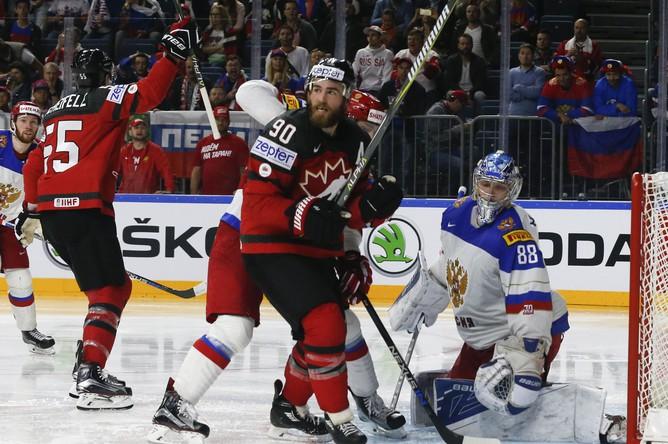 Сборная Канады празднует гол Марка Шайфли в ворота России