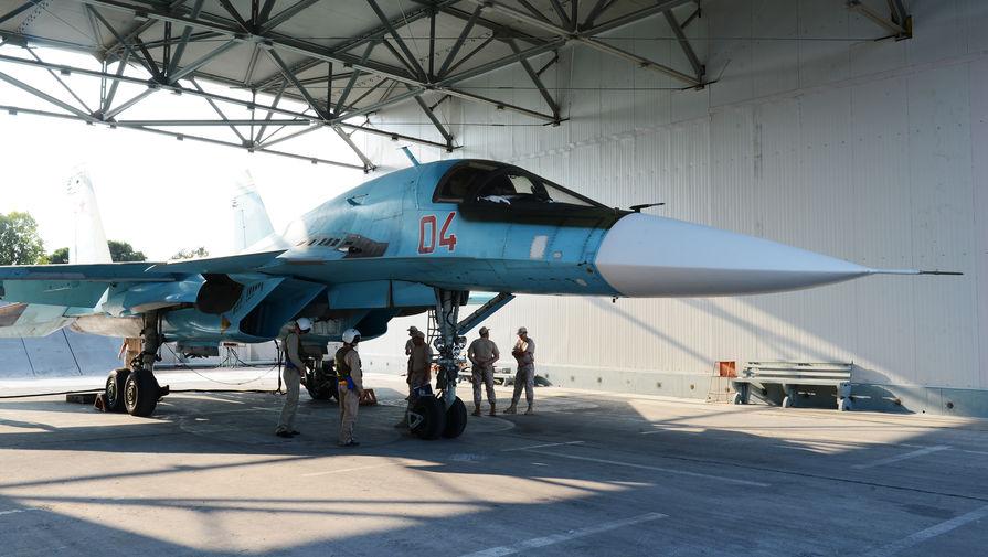 Российский многофункциональный сверхзвуковой истребитель-бомбардировщик Су-34 поколения 4++ готовится к учебно-тренировочному полету. Все самолеты в настоящее время находятся в укрытиях ангарного типа. Многослойная крыша с броневым листом позволяет надежно защитить самолеты от ударов БПЛА и ракет РСЗО