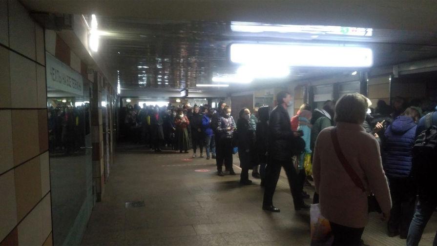 Очередь на вход в метро, 15 апреля 2020 года