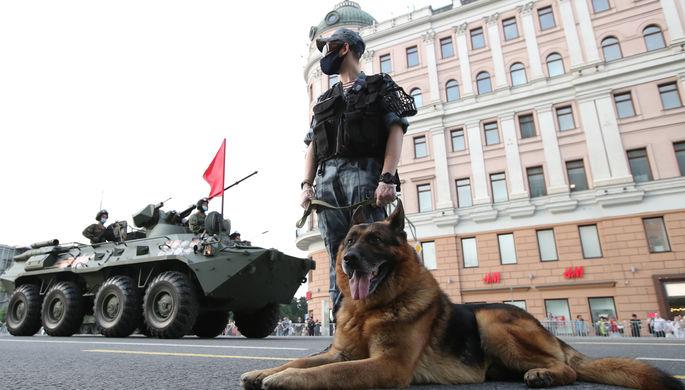 Военнослужащий с собакой во время проезда военной техники на Тверской улице перед репетицией парада на Красной площади, посвященного 75-й годовщине Победы в Великой Отечественной войне, 17 июня 2020 года
