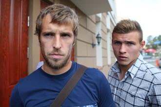 Дмитрий Комбаров (слева) и Сергей Паршивлюк избежали дисквалификаций, но при этом правый защитник заплатит штраф