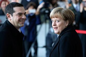 Канцлер Германии Ангела Меркель приветствует премьер-министра Греции Алексиса Ципраса во время его визита в Берлин 23 марта 2015 года