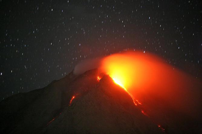 Вулкан Синабунг извергает раскаленную лаву, Северная Суматра, Индонезия
