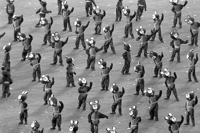 Участники в костюмах олимпийского мишки на открытии Олимпиады-80