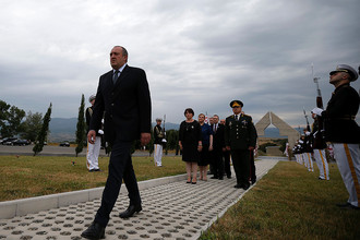 Президент Грузии Георгий Маргвелашвили во время поминальной церемонии на мемориальном кладбище Тбилиси 8 августа 2015 года