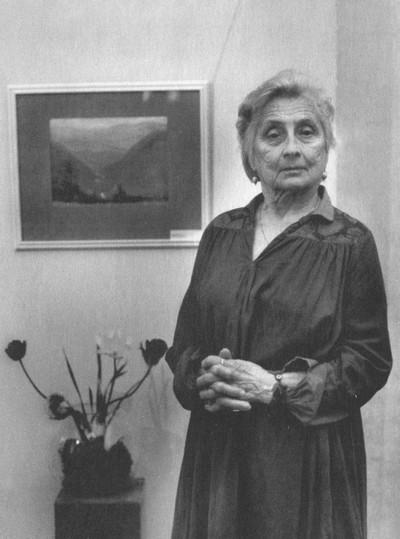 Алла Андреева рядом со своей работой — пейзажем того места, где зарыта «Роза Мира»,1997 г.