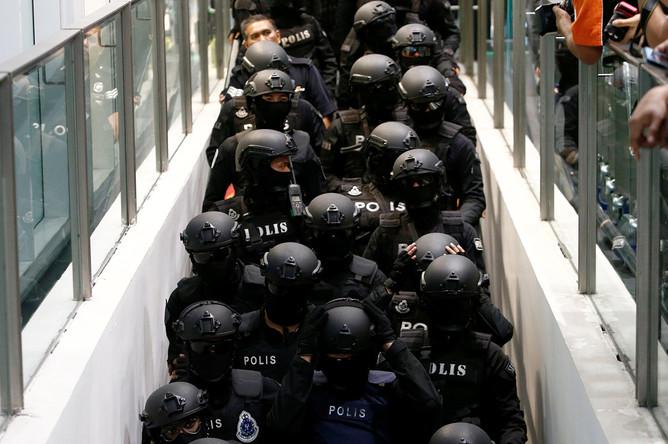 Полиция во время следственных действий в аэропорту Куала-Лумпура , 24 октября 2017 года