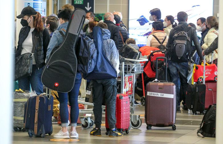 Возвращающиеся из Чехии в Россию дипломаты, административно-технические сотрудники и члены их семей в Международном аэропорту имени Вацлава Гавела в Праге, 29 мая 2021 года
