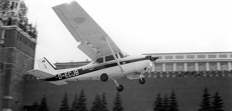 28 мая 1987 года в 18.15 гражданский самолет Cessna беспрепятственно прилетел из Германии на Красную...