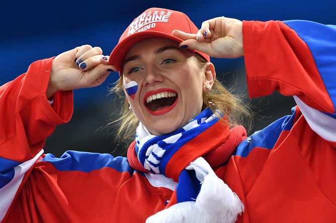 Российская болельщица во время четвертьфинального матча Россия- Норвегия по хоккею среди мужчин на XXIII зимних Олимпийских играх