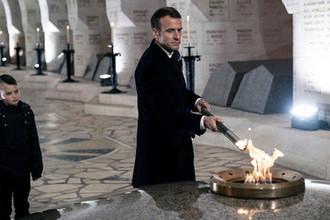 Президент Франции Эмманюэль Макрон во время посещения мемориала Дуамонт, 6 ноября 2018 года