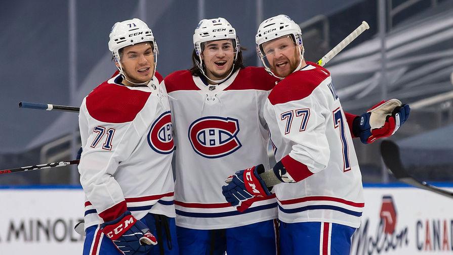 Защитник «Монреаль Канадиенс» Александр Романов (в центре), форвард Джейк Эванс (слева) и защитник Бретт Кулак (справа).