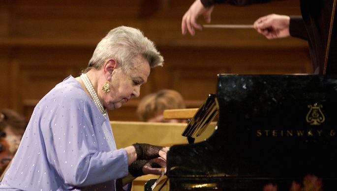Людмила Лядова во время юбилейного концерта в Большом зале Московской консерватории, 2005 год