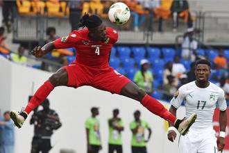 Нападающий сборной Того Эммануэль Адебайор (слева) и защитник Кот-д'Ивуара Серж Орье