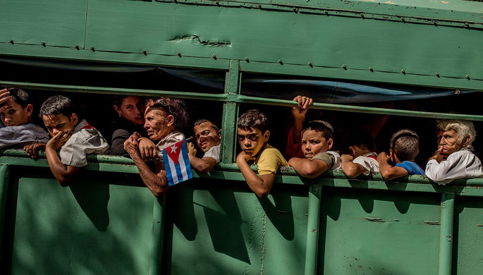 Студенты едут домой после посещения места следования похоронной процессии с прахом Фиделя Кастро в...