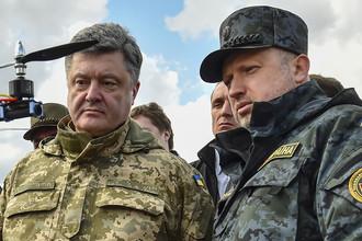 Петр Порошенко и Александр Турчинов во время осмотра военной техники в учебном центре Национальной гвардии Украины, 2015 год