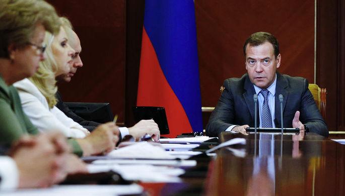 Председатель правительства России Дмитрий Медведев во время совещания о мерах по развитию экономики...