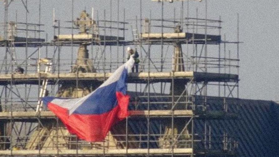 Неизвестные повесили флаг РФ на собор в Солсбери, 17 февраля 2019 года