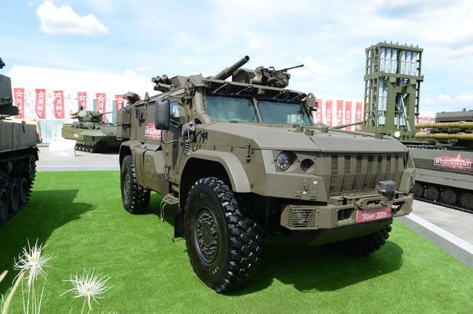 Самоходный миномет «Дрок» на базе бронированного автомобиля «Тайфун-ВДВ» К-4386. Оснащен минометом 2С41 калибром 82-мм с боекомплектом 40 мин. Максимальная дальность стрельбы – 6 км, скорострельность – 12 выстр/мин.