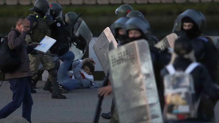 Сотрудники милиции и участники акции протеста в Минске, 23 сентября 2020 года