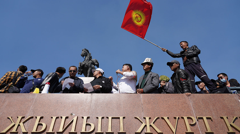 Беспорядки в Бишкеке сегодня продолжаются: на фоне протестов мэр подал в отставку