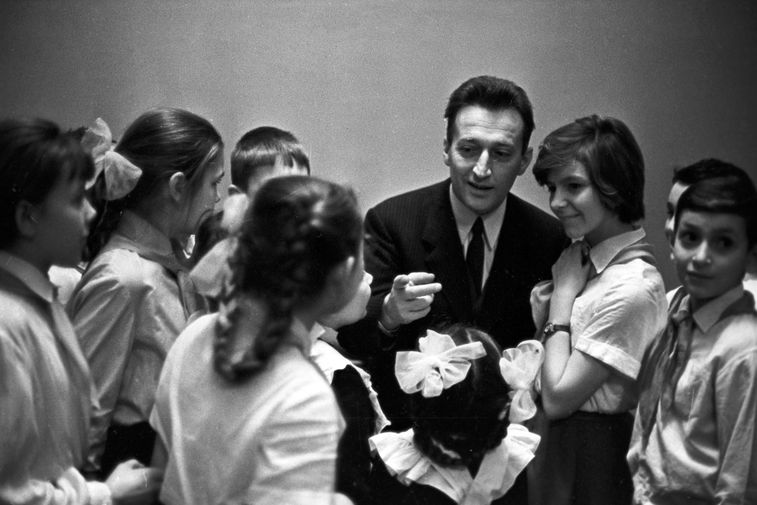 Итальянский писатель Джанни Родари с московским школьниками, 1981 год