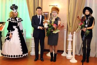 Новая чемпионка мира по шахматам Анна Ушенина и президент ФИДЕ Кирсан Илюмжинов