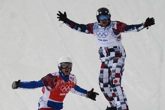 Пьер Вольтье (Франция) и Николай Олюнин (Россия) в финале сноуборд-кросса на соревнованиях по сноуборду среди мужчин на XXII зимних Олимпийских играх в Сочи