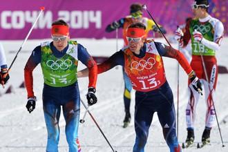Слева направо: Никита Крюков (Россия), Максим Вылегжанин (Россия) на дистанции полуфинального забега командного спринта в соревнованиях по лыжным гонкам среди мужчин