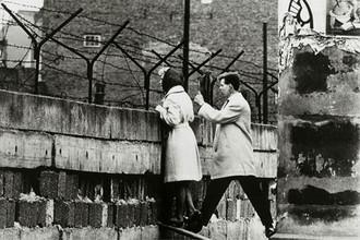 Девушка и ее молодой человек из Западного Берлина общаются с матерью девушки из Восточного Берлина через стену