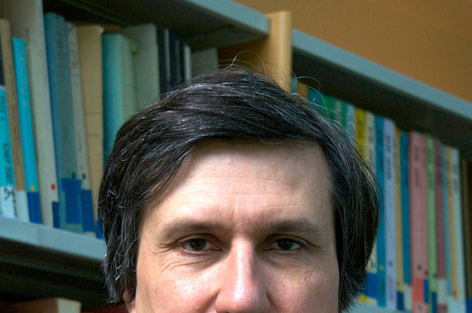 Французский математик российского происхождения Максим Концевич, основным местом работы которого является располагающийся в пригороде Парижа Институт высших научных исследований. Его наградили за комплексный вклад в целый ряд областей математики, включая алгебраическую геометрию, теорию деформаций, симплектическую топологию, гомологическую алгебру и динамические системы