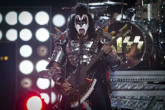 Джин Симмонс, бас-гитарист группы KISS на сцене на шоу Fashion Rocks
