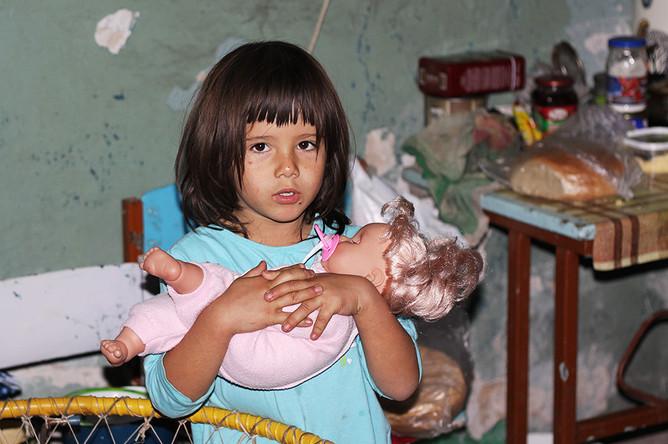 Девочка в бомбоубежище в Петровском районе Донецка