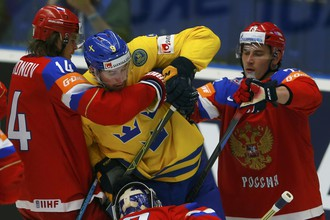 Сборная России пытается сдержать Филипа Форсберга (в центре)