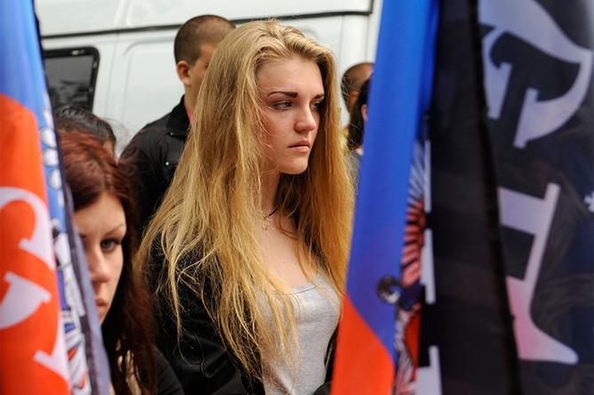 Жительница Донецка в Международный день защиты детей на митинге «Мы вас помним» в память о детях Донбасса, которые погибли в результате обстрелов города