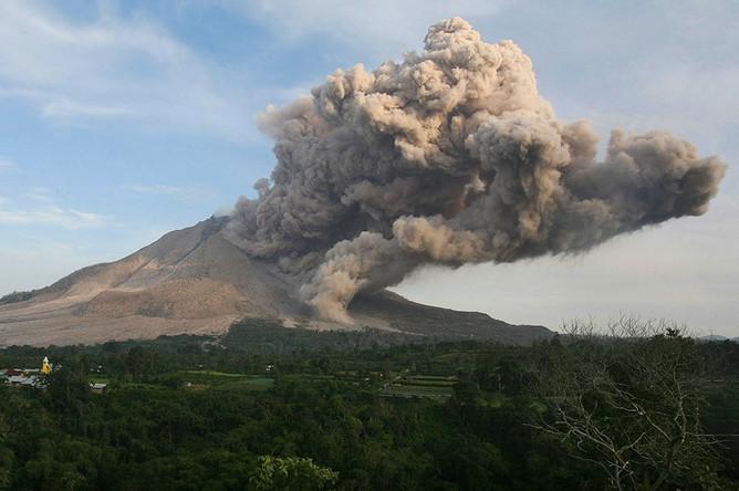 Синабунг извергает вулканический пепел, Северная Суматра, Индонезия
