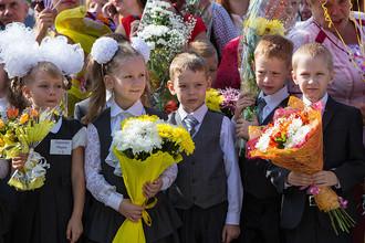 Первоклассники на линейке в общеобразовательной школе №16 в Благовещенске