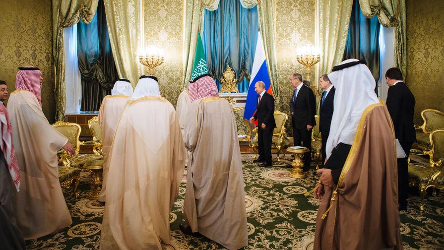 Король Саудовской Аравии Сальман Бен Абдель Азиз Аль Сауд и президент России Владимир Путин во время...