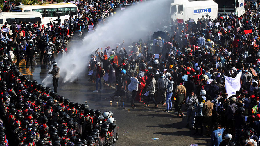 Полиция применяет водомет, чтобы разогнать протестующих против власти военных в Нейпьидо, столице Мьянмы, 8 февраля 2021 года