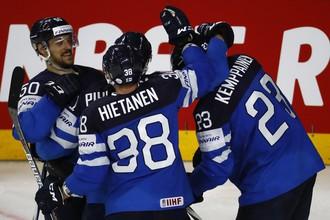Финнские хоккеисты празднуют гол в ворота сборной США