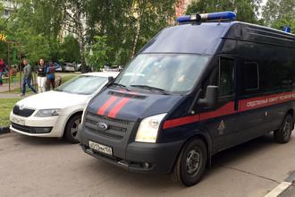 Автомобиль Следственного комитета РФ во дворе дома, где произошла трагедия