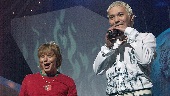 Солисты группы «Иванушки International» Андрей Григорьев-Апполонов и Олег Яковлев во время выступления, 2004 год
