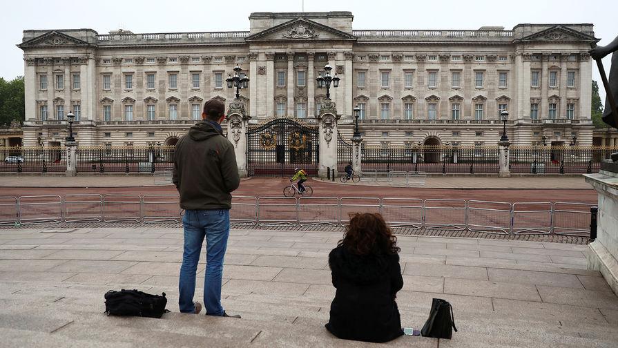 Букингемский дворец продает королевский джин из-за падения доходов от туризма